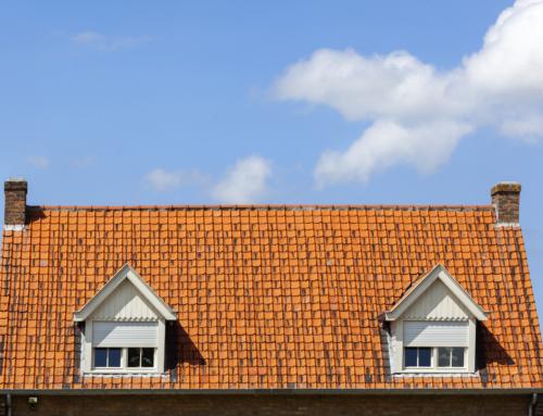 Dlaczego okna dachowe warto osłaniać roletami?